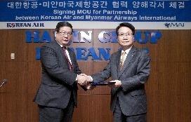 Chang Hoon Chi, Président et COO de Korean Air, et de Si Thu, Directeur Général de MAI lors de la signature de l'accord le 8 avril 2013 - Photo DR