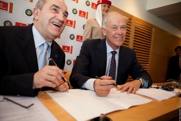 Jean Gachassin, Président de la FFT, et Tim Clark, Président d'Emirates, lors de la signature du contrat de partenariat le 17 avril 2013 - Photo Mat Beaudet