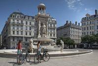 Lyon à vélo, place des Jacobins © A. Stenger/Auvergne-Rhône-Alpes Tourisme