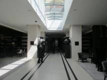 Le lobby de l'hôtel est décoré avec des couleurs et des matériaux qui rappelle l'histoire et la culture de Marseille - Photo P.C.