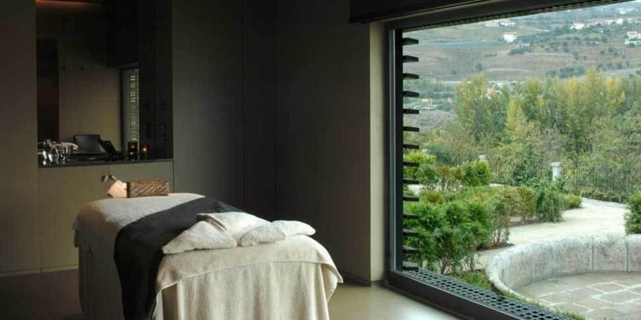 Les cabines sont sobres, laissant la part belle à la vue sur la vallée. © Aquapura Douro Valley