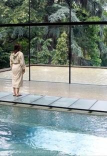 Sur la passerelle de verre qui mène à l'espace détente, on se croirait presque dans la jungle. © Aquapura Douro Valley