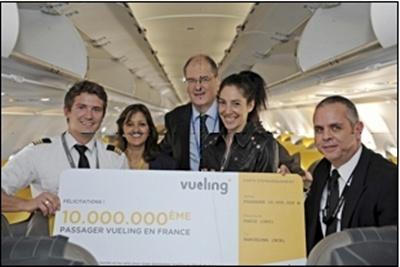 Mme Yaëlle Teicher, avec à sa droite M. Michel Ricaud, directeur adjoint Aéroports de Paris Orly et Mme Linda Moreira, Directrice France de Vueling, entourés du pilote et du co-pilote du vol VY8013 Paris-Barcelone./photo dr