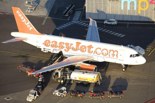 L'agent de piste guide un avion dans ses manœuvres au sol. Il est responsable du parking et de la pose des cales, ainsi que du chargement et déchargement des bagages - DR : Claude Almodovar
