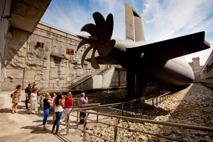 Le Redoutable. Visiteurs dans la darse, passage sous l'hélice du monstre de 8 000 tonnes - DR : La Cité de la Mer, B.Almodovar