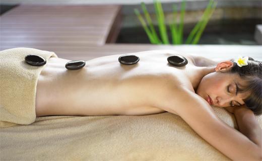 Le massage aux pierres chaudes originaire de tahiti, il est pratiqué avec des galets de basalte chauffées dans un bain d'eau à température constante. ©DR
