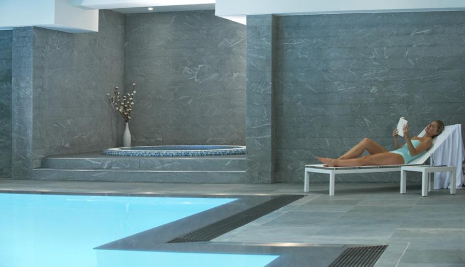 Sous enseigne Nuxe, le spa comprend 5 salles de soins, un joli hammam au ciel étoilé et en mosaïque tout comme le spacieux bain bouillonnant, un sauna, une grande piscine à la lumière du jour, un espace fitness. ©Relais Spa