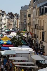 """Le marché de Dieppe a été élu en 2020 """"Plus beau marché de France"""". Il était déjà sur la 2e place du podium en 2019. Le samedi matin, il est le rendez-vous de tous les amoureux de produits frais et locaux, qu'ils viennent de la mer ou de la terre - DR : B. Collier"""