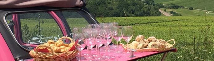 Apéritif sur le capot d'une 2CV au milieu des vignes de Bourgogne © 2CV Bourgogne Tours / Exclusive France Tours