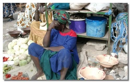Vendeuse sur un marché au Sénégal