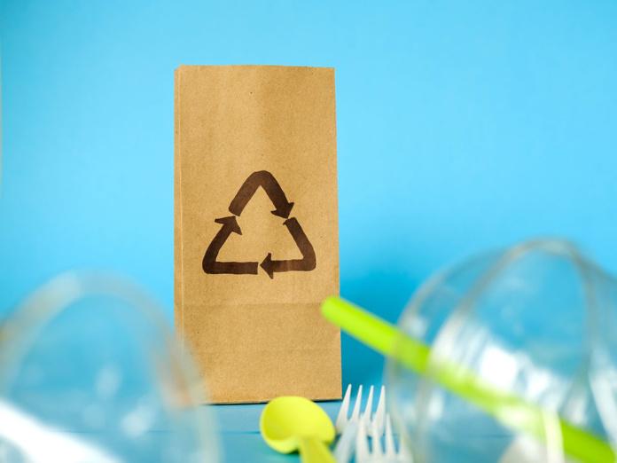 Le 1er janvier 2020, la France a officiellement commencé à bannir l'usage et la vente des plastiques à usage unique : cuillères, fourchettes, couteaux, assiettes en plastique... Le secteur de la restauration est l'un des secteurs les plus concernés. Le plastique ne coûte presque rien, mais il a un impact désastreux sur l'environnement. Peu recyclé il prend plus de 450 ans pour se biodégrader dans la nature. - Depositphotos.com skvalval