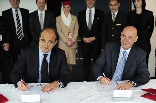 Philippe Bernand, Président du Directoire d'Aéroports de Lyon, et Thierry Aucos, Directeur général (Dg) France d'Emirates ont signé le contrat de SLA le 29 avril 2013 - Photo DR