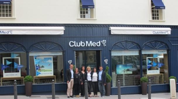 Valérie Loillier, responsable d'agence, Christophe Peutin, Responsable régional, Olivier Borie, Directeur réseau Club Med Voyages, et les employées de l'agence de voyages Club Med au 493 rue Paradis à Marseille (8e) - Photo P.C.