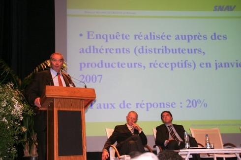 Georges Colson à la tribune entouré de Dominique Vaucy, président du congrès et Rachid Temal, secrétaire général