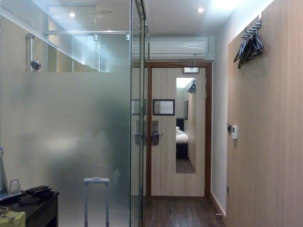 Marre des portes de toilettes en verre transparent, même pas jusqu'au plafond. Probablement pour aiguiser les sens... - Photo AB