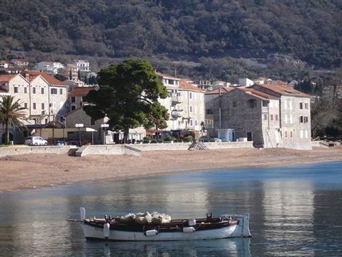 Petrovac, terrasses paisibles et plages désertes