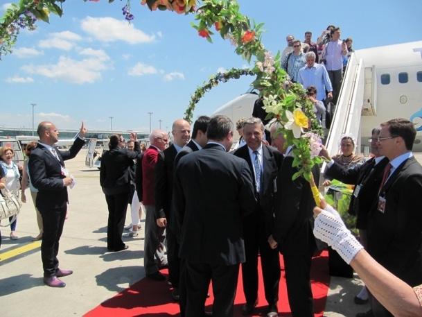 Une délégation folklorique attendait les passagers et les officiels de Turkish Airlines à l'arrivée du Boeing 737-800 qui assurait le premier vol de la compagnie entre Istanbul et Marseille - Photo P.C.