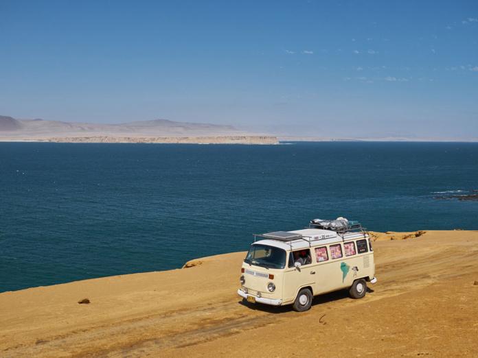 Cette année sera surtout marquée par l'irruption d'un véhicule lui aussi presqu'aussi vieux que le tourisme : le « van » qui n'est d'autre que le recyclage du Combi des années soixante, à la carrosserie psychédélique, et des camping-cars - Depositphotos.com a35mmporhora