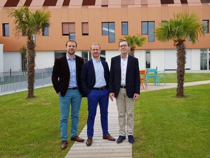 Stéphane, Jean-François et Daniel Richou devant le siège de Richou Voyages à Cholet - Photo AB