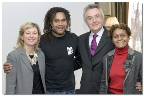 De gauche à droite, Corinne Juillet, responsable promotion France Europe, Christian Karembeu, Patrick Moisan, DG du GIE et Christiane Gambay, présidente du GIE Nouvelle Calédonie Tourisme Point Sud