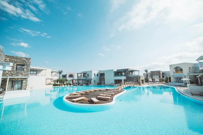 Le nouveau Club Eldorador Ostria Beach en Crète, dispose d'un accès direct à la plage. Bâti comme un petit village typique, il propose 5 piscines dont 2 chauffées et 1 espace aquatique avec toboggan pour les enfants - DR : Boomerang