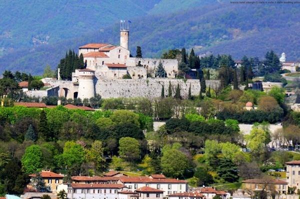 La région possède trois sites classés au patrimoine mondial de l'UNESCO. Le premier se trouve dans la ville de Brescia, le monastère de Santa Giulia.   Le second abrite des galeries d'art rupestre à Valcamonia, l'un des premiers sites classés d'Italie. - photo DR