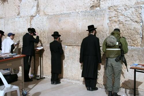 Au pied du mur au moment de la prière, tous les uniformes sont à armes égales...