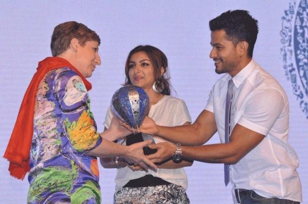 Catherine ODEN, Directrice du bureau de Atout France en Inde, reçoit le prix des mains des acteurs bollywoodiens Mme Soha Ali KHAN et M Kunal KHEMU. - DR