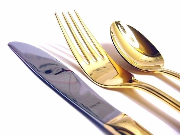 Dans un hôtel-restaurant, le chef de rang a pour mission principale d'assurer l'excellence du service en encadrant les commis qui travaillent sous ses ordres autour de ces tables - Phot-Libre.fr