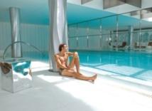 Dans la piscine, un coach dispense des cours de natation, mais je préfère profiter des sofas. ©DR