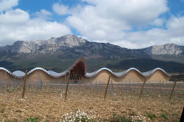 Ces « chais d'œuvre » se concentrent dans un petit périmètre, autour de Laguardia. Ils éclairent le paysage de part et d'autre de l'Ebre, entre la région autonome de la Rioja et le sud de l'Alava (la « Rioja alavesa ») - DR : J-F Rust