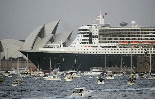 Arrivée du Queen Mary 2 à Sydney mardi matin tandis qu'il rejoint le Queen Elizabeth 2 lui aussi à Sydney.