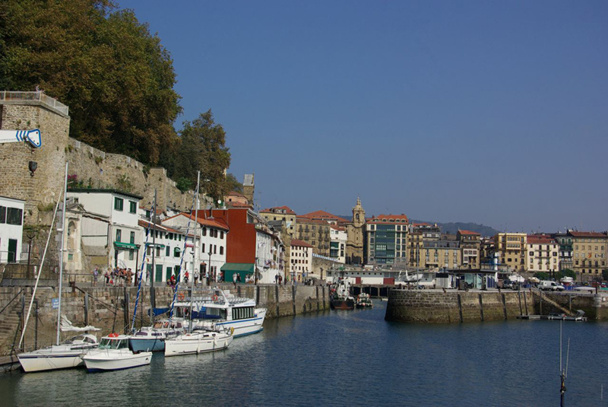 Entre le paysage côtier et le mélange des genres, Saint Sébastien est une ville bourgeoise et populaire, balnéaire et festive, jeune et sportive - DR