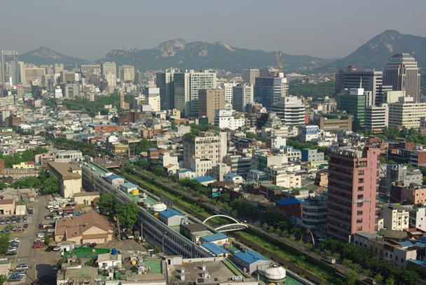 Séoul vous saute à la figure : 10 millions d'habitants, un fleuve - le Han - large comme un bras de mer, une métropole survitaminée où même les retraités pianotent sur leurs smartphones - DR