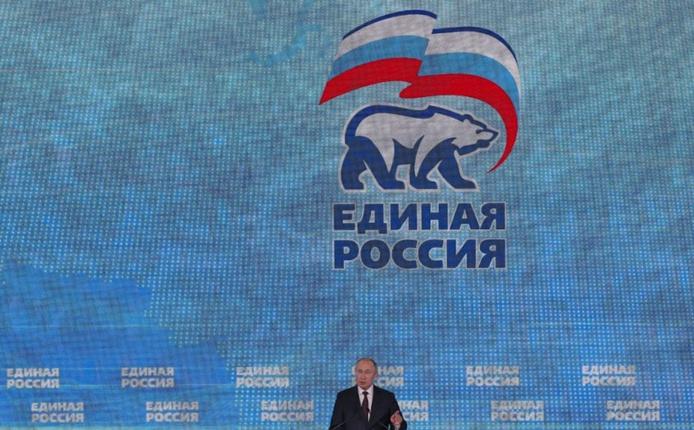 Vladimir Poutine lors d'un congrès de Russie unie en 2019. Le parti du pouvoir, qui domine largement la Douma, est devenu si impopulaire que le Kremlin est contraint de refonder le champ politique russe. Sergei Ilnitsky/Pool/AFP