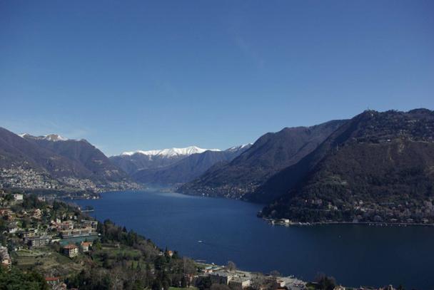 Sur l'eau claire et profonde, le lac de Côme, troisième en surface d'Italie, plonge jusqu'à plus de 400 mètres mais est dépourvu de plages - DR