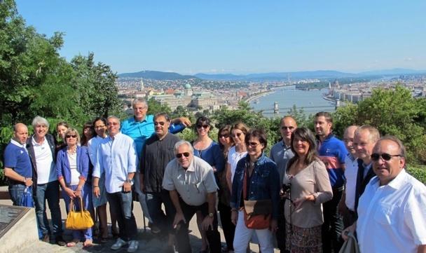 (CLIQUER POUR ZOOMER) Les participants à la Convention de Challenges Tourisme posent pour la postérité sur les hauteurs de Buda... pest avec le beau Danube bleu (ou presque) en fond... /photo JDL