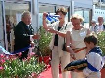 Mme Gamay, adjoint au maire, coupe le ruban en compagnie de Stephan Snidjers