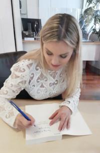 """1ère dédicace parisienne pour l'auteure de son dernier livre """"Il suffit parfois d'un signe"""" /crédit dr"""