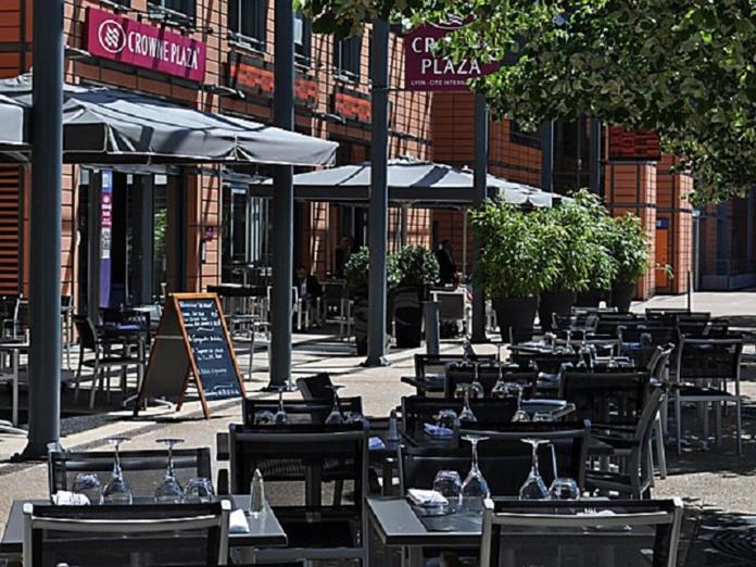 Terrasse du restaurant BRG, de l'hôtel Crowne Plaza Lyon - DR : Crowne Plaza Lyon Cité Internationale