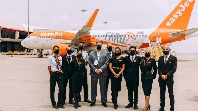 Johan Lundgren, PDG d'easyJet entouré du personnel easyjet sur la nouvelle de la compagnie à Faro au Portugal - DR easyjet