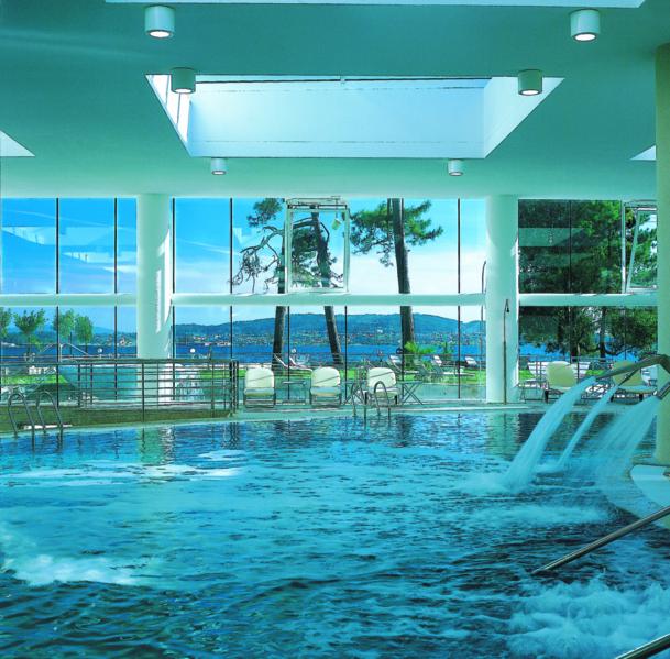 L'hôtel Hesperia Isla de la Toja dispose d'une vaste piscine intérieure à l'eau de mer donnant sur une seconde piscine extérieure. Dans chaque coin de bassin des jets, jacuzzi ou hydromassages parfaits pour détendre les muscles - DR