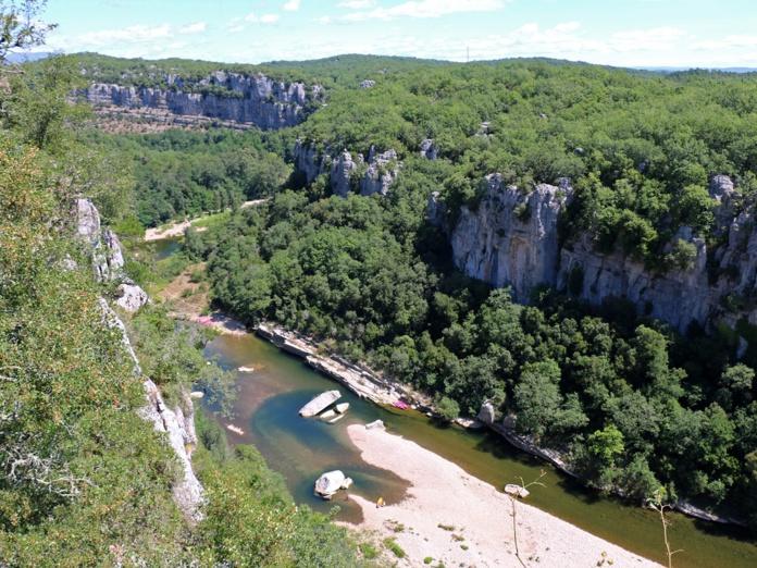 Larivière Chassezac est moins spectaculaire que l'Ardèche voisine, mais plus tranquille - DR : J.-F.R.