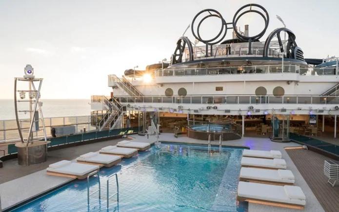 La piscine principale à l'arrière du navire : en extérieur aux piscines ou assis au bar, les passagers peuvent retirer leur masque - Photo MSC