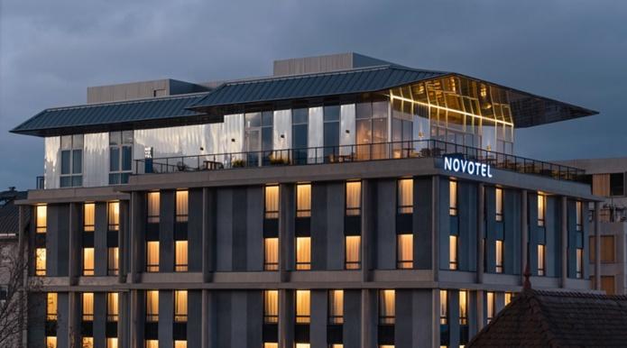 Le Novotel Annemasse Centre - Porte de Genève dispose d'un bar rooftop situé au 8e étage - DR : Novotel