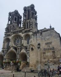 La cathédrale et l'Hôtel Dieu, actuel Office de tourisme, à droite de l'esplanade - DR : J.-P. C.
