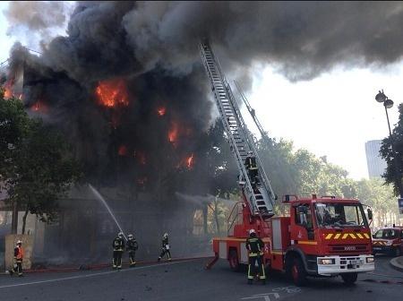 Les pompiers sont en train de lutter contre l'incendie qui s'est déclaré près de l'hôtel de Bourbon-Condé à Paris - DR : Twitter - WilliamMolinie