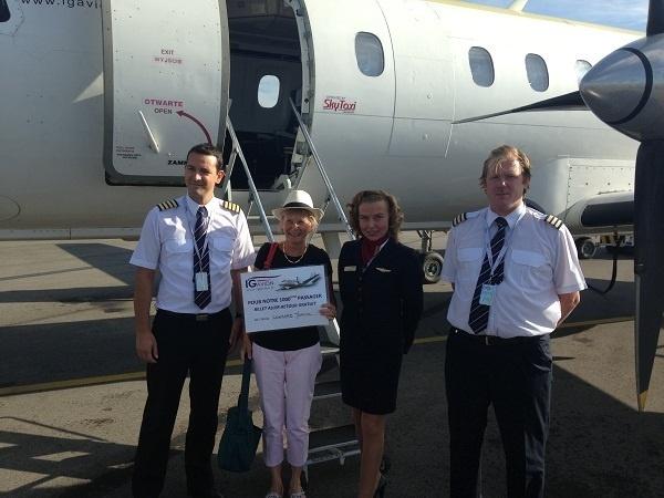 Martine Conrard a reçu un billet aller/retour gratuit pour 2 personnes des mains du commandant de Bord - Photo DR