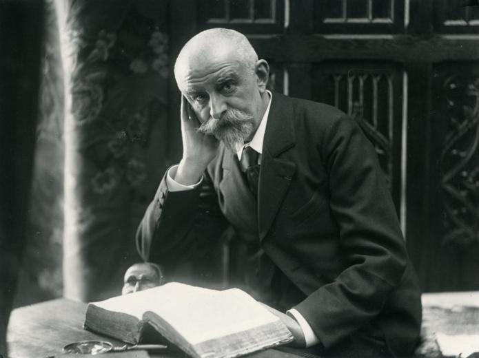 Huysmans photographié par Frédéric Boissonnas et André Taponier, vers 1900. - Photo Wikipedia