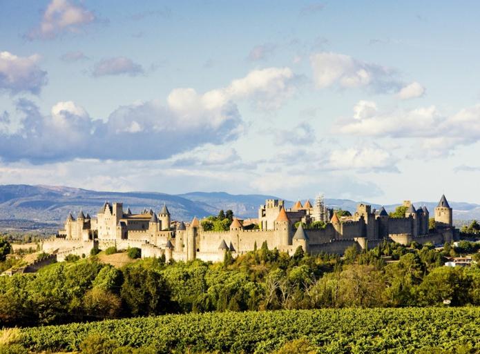 La ceinture de murailles de la Cité médiévale de Carcassonne surgit comme un immense décor de cinéma, sur fond de montagnes du Minervois - DR : DepositPhotos.com, phb.cz